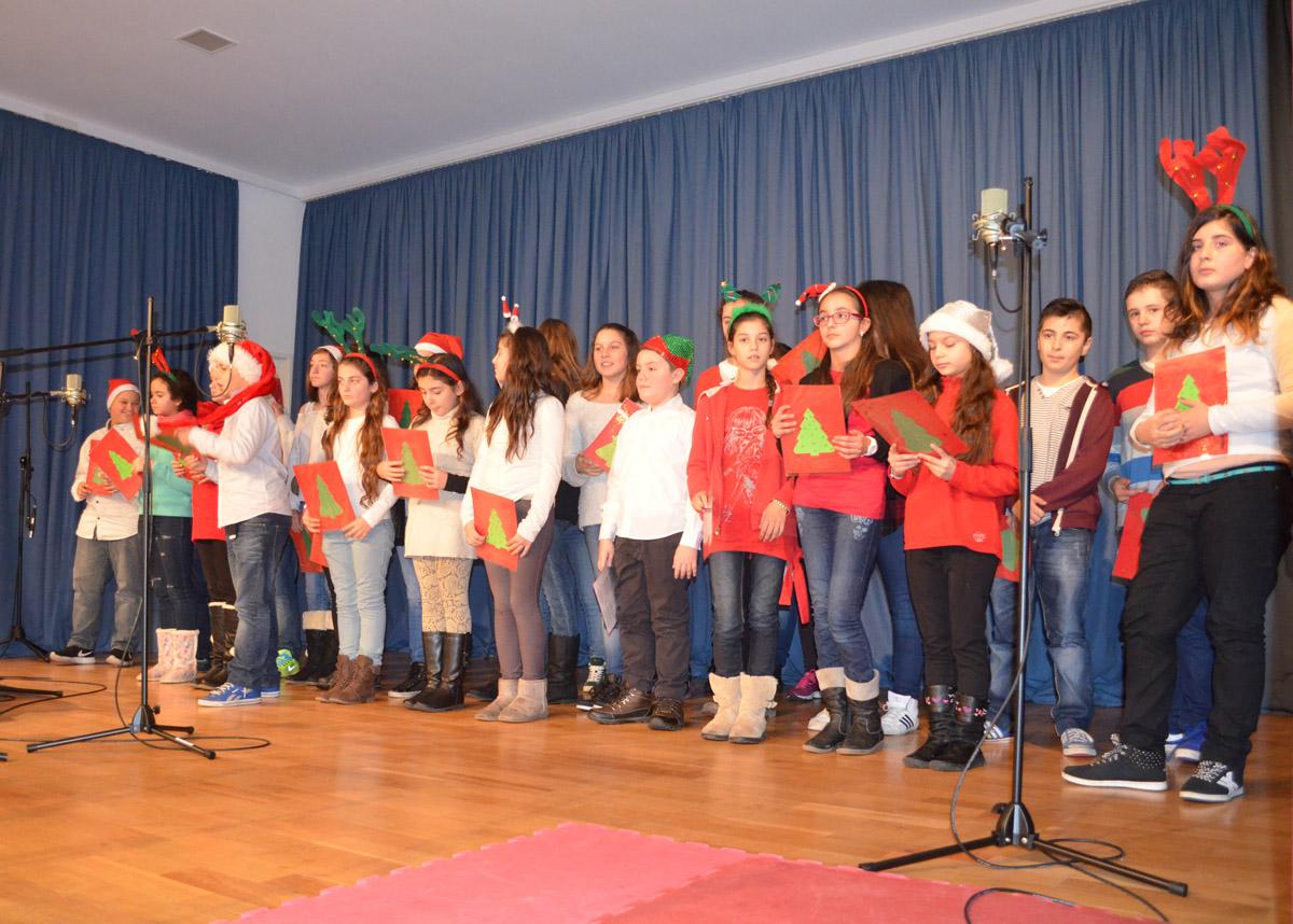 Η χορωδία του Ελληνικού Σχολείου Φρανκφούρτης με χριστουγεννιάτικη νότα στη χτεσινή γιορτή αδελφοποίησης με το Μουσικό Σχολείο Βόλου ©pyxida