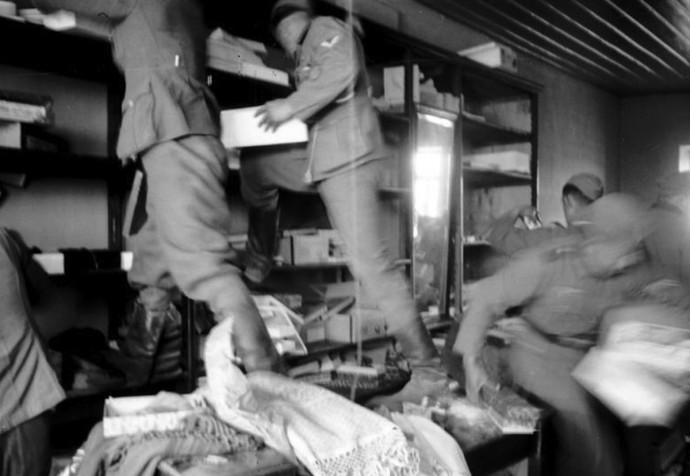 Στρατιώτες της Wehrmacht κάνουν πλιάτσικο σε μαγαζί, Κατοχή 1941 ©Bundesarchiv, Bild 101I-163-0318-30 / Bauer / license CC-BY-SA 3.0