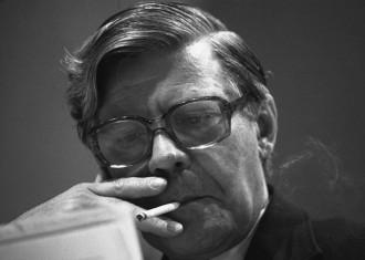 Ο Helmut Schmidt σε συνέδριο του SPD στο Ντόρτμουντ, 1961. Το πάθος του για το κάπνισμα έχει αφήσει ιστορία ©Bundesarchiv, B 145 Bild-F048646-0033 / Wegmann, Ludwig / CC-BY-SA 3.0